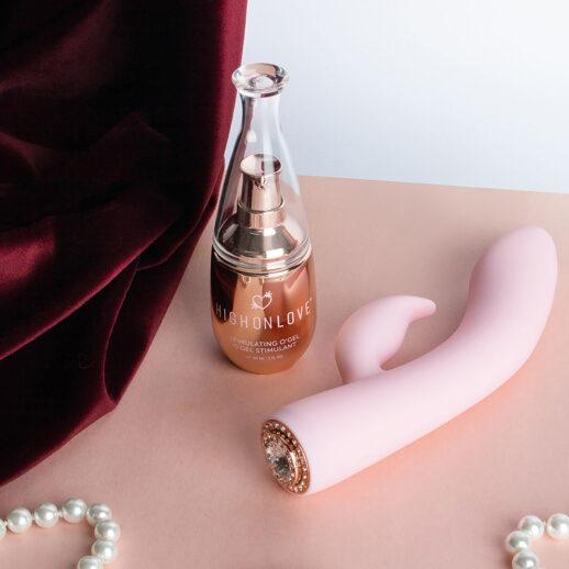 Bild på ett kit med en rabbitvibrator och en lusthöjande gel. HighOnLove Objects Of Pleasure Kit.