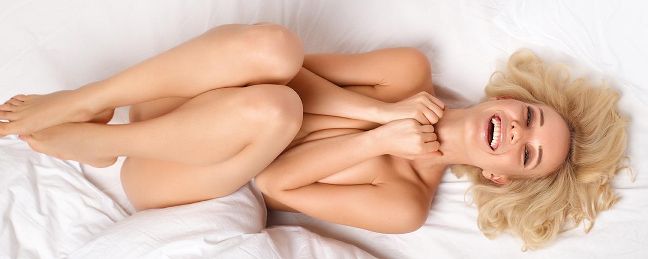 kvinna som ligger i en säng och lär sig knipa