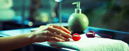 en kvinnas hand sträcker sig efter ett par knipkulor