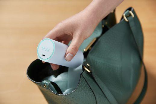 bild av en hand som tar upp elvie knipkula ur en väska