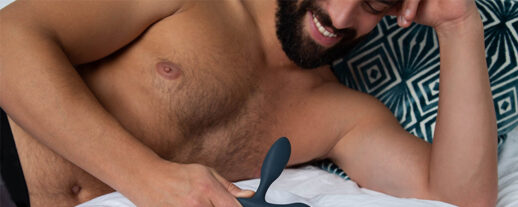 naken man ligger i en säng. bild i en artikel om mannens erogena zoner