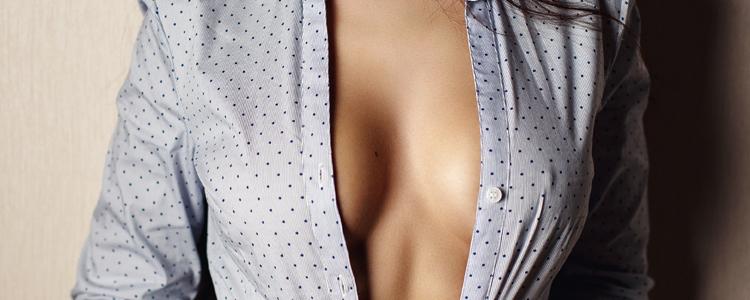 Tjej i en uppknäppt blå skjorta utan bh